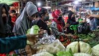 Warga membeli berbagai sayuran.