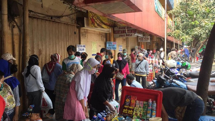Pasar Kebayoran Lama diserbu warga berbelanja menjelang H-2 lebaran.