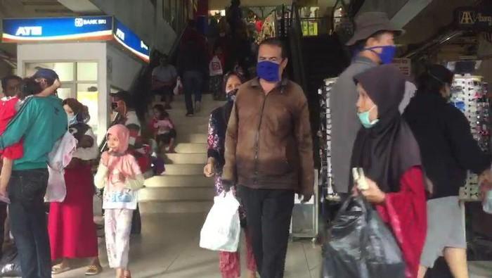 Suasana ramainya Pasar Kebayoran Lama menjelang lebaran.