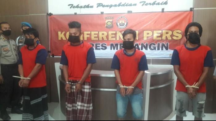 Polisi tangkap 5 orang diduga provokator pembakaran kantor desa (Ferdi Almunanda-detikcom)