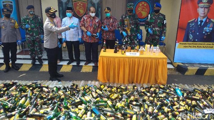 Polresta Cirebon musnahkan ribun botol miras jelang lebaran