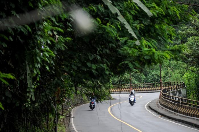 Pada H-2 Lebaran Idul Fitri 2020, arus lalu lintas di kawasan jalur tengah menuju Sumedang, yang biasanya macet kini lancar dan sepi. Sperti terlihat di Jalur Cadas Pangeran.