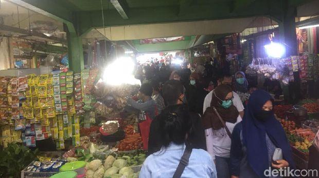 Pasar Kramat Jati Ramai Jelang Lebaran, Warga Berdesak-desakan