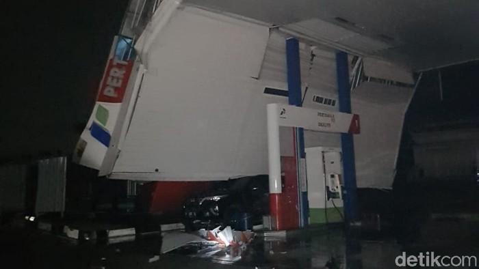 Atap SPBU di Cilegon Ambruk Usai Diterjang Angin Kencang