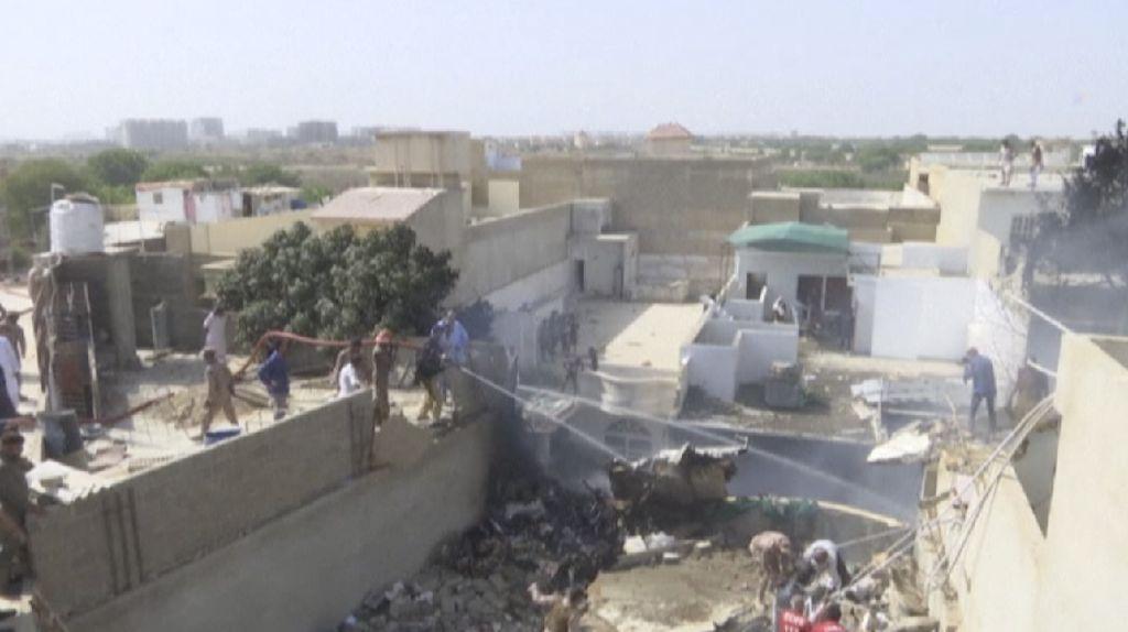 Pesawat Berpenumpang Seratusan Orang Jatuh di Permukiman Pakistan