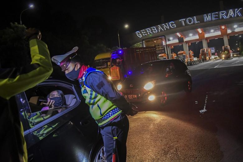 Petugas kepolisian melakukan penyekatan gelombang pemudik di Tol Merak, Banten. Hal itu dilakukan untuk cegah warga mudik ke kampung halaman jelang Lebaran.