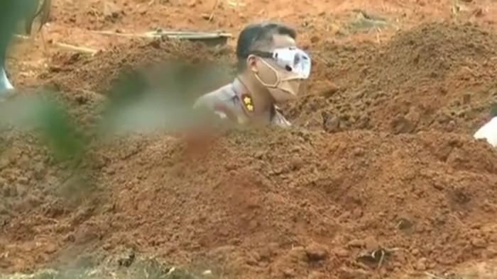 Viral perwira polisi bantu gali makam pasien corona yang wafat (dok. Istimewa)