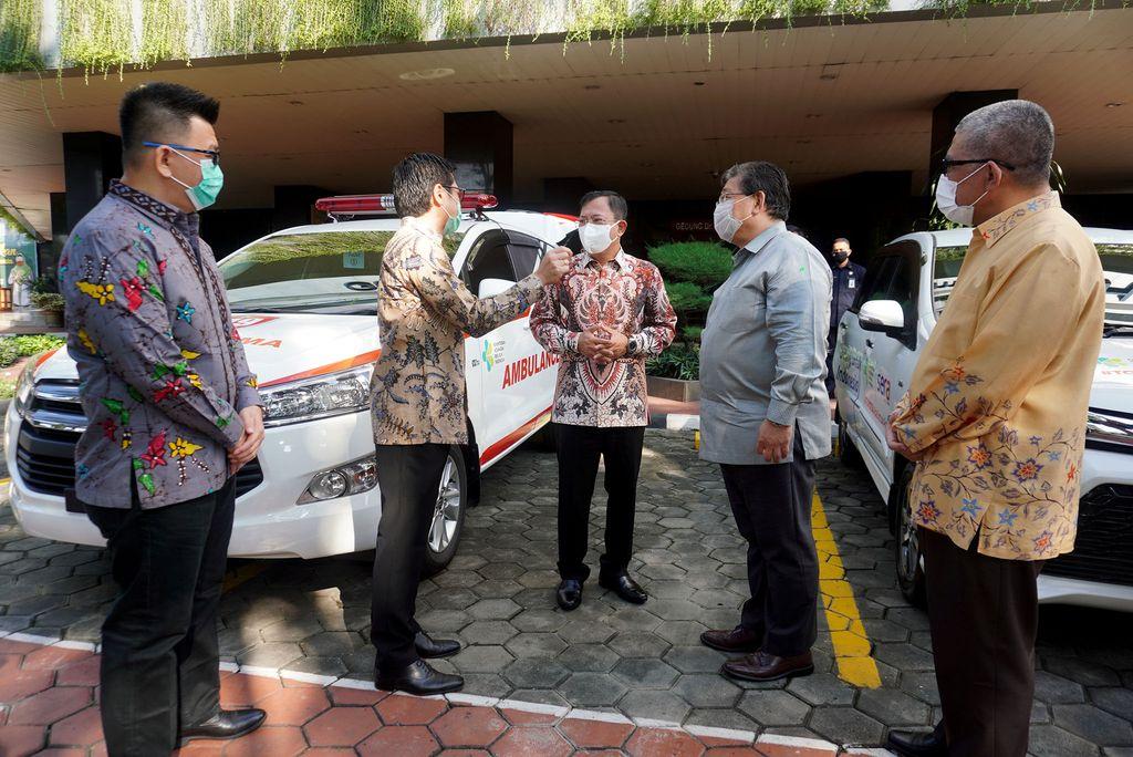 Toyota serahkan ambulans Kijang Innova ke Kementerian Kesehatan.