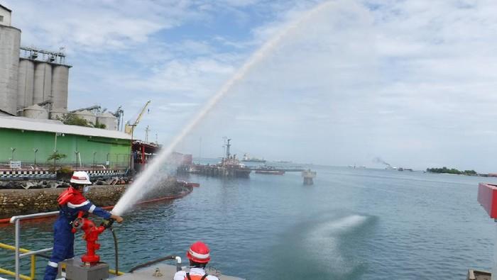 Pertamina bersihkan tumpahan minyak di Pantai Makassar
