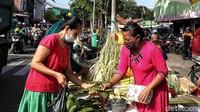 Warga membeli petai untuk campuran sayur ketupat.