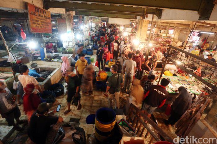 Sejumlah warga mendatangi Pasar Pondok Gede, Bekasi, Jumat (22/5/2020).