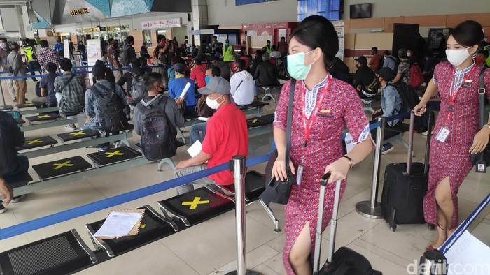 Dua hari jelang Lebaran Idul Fitri calon penumpang di bandara Sultan Hasanuddin Makassar di Maros, Sulawesi Selatan, melonjak dari hari biasanya.
