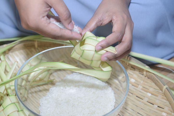 Cara membuat ketupat lebaran.