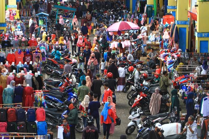 Sejumlah pengunjung memadati Pasar Tengah di Pontianak, Kalimantan Barat, Jumat (22/5/2020). Pasar Tengah yang merupakan pasar tradisional tertua di Kota Pontianak tersebut ramai dikunjungi masyarakat yang ingin berbelanja kebutuhan lebaran. ANTARA FOTO/Jessica Helena Wuysang/wsj.