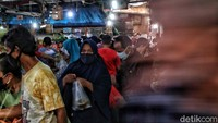 Memasuki H-2 Lebaran, pasar tradisional Rawa Badak ramai oleh warga yang berbelanja bahan pokok untuk keperluan Lebaran.