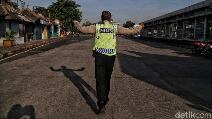 Akibat larangan mudik membuat Terminal Tanjung Priok, Jakarta, sepi dari aktivitas. Begini penampakannya.