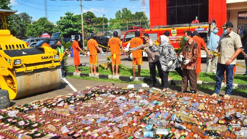 Jelang Lebaran, Polres Bogor Musnahkan 14 Ribu Botol Miras-Ungkap Prostitusi