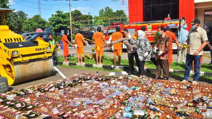 Polres Bogor Musnahkan 14 Ribu Botol Miras-Ungkap Kasus Prostitusi