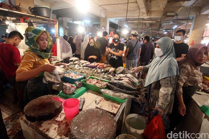 Warga yang datang ke Pasar Pondok Gede, Bekasi, beberapa di antaranya hendak berbelanja kebutuhan untuk persiapan Lebaran.