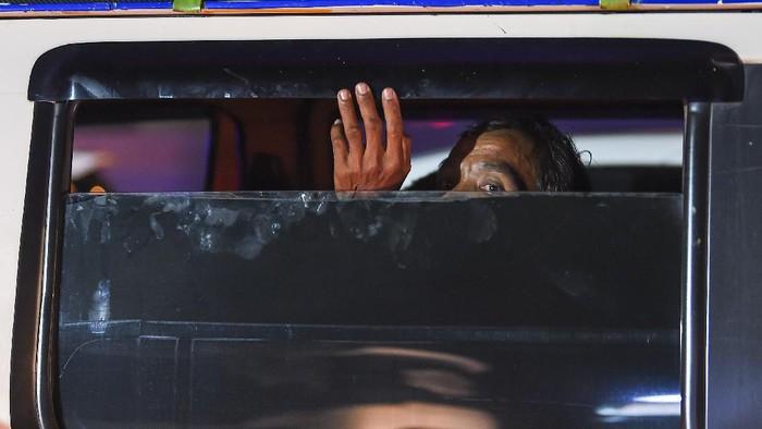 Calon pemudik yang terjaring razia penyekatan berjalan menaiki bus yang akan membawa mereka ke Terminal Pulogebang, Jakarta, di Pintu Tol Cikarang Barat, Bekasi, Jawa Barat, Kamis (21/5/2020). Calon pemudik yang terjaring razia penyekatan oleh Polda Metro Jaya tersebut dibawa ke terminal Pulogebang untuk kemudian diarahkan kembali menuju Jakarta. ANTARA FOTO/Nova Wahyudi/aww.