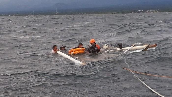 Proses evakuasi nelayan terombang-ambik di lautan