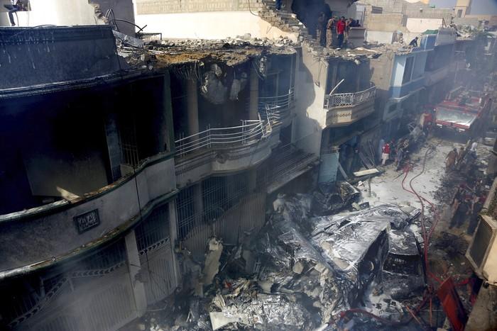 Pesawat penumpang jatuh di di Pakistan. Pesawat itu membawa lebih dari 100 orang, mengalami kecelakaan di kawasan selatan Karachi.