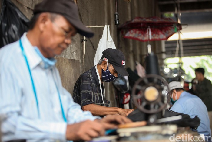 Jelang lebaran penjahit jalanan di Jatinegara, Jakarta mulai sibuk, Jumat (22/5/2020). Meski begitu adanya pandemi corona ini membuat omsetnya tak seindah tahun-tahun sebelumnya.