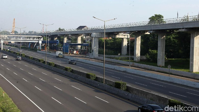 Kondisi terkini di ruas Tol Jakarta-Cikampek tampang lengang H-2 jelang Lebaran. Kondisi itu salah satunya terkadi usai diterapkannya penyekatan pengendara.