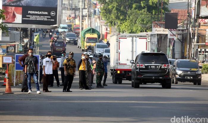 Aparat polisi bersama petugas terkait melaksanakan pemantauan PSBB di beberapa titik di wilayah di Kota Bekasi. Mereka juga melakukan edukasi tentang masker.