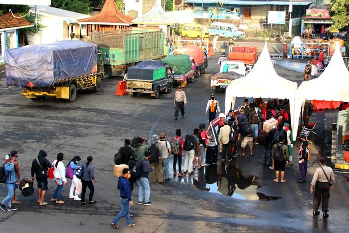 Penumpang yang turun dari kapal melakukan pemeriksaan dan pendataan di Pelabuhan Ketapang, Banyuwangi, Jawa Timur, Jumat (21/5/2020). Menjelang Hari Raya Idul Fitri 1441 H, arus lalu lintas penyeberangan di pelabuhan Ketapang ramai penumpang pejalan kaki. ANTARA FOTO/Budi Candra Setya/pras.