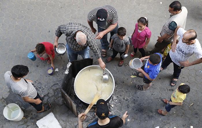 Bulan Ramadhan ini dimanfaatkan oleh Walid Hattab untuk bersedakah. Ia memberikan bubur gandum untuk berbuka puasa kepada warga miskin di Shijaiyah, Kota Gaza, Palestina.