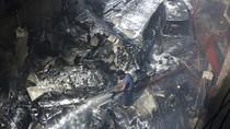 Foto: Pesawat Berpenumpang Jatuh di Permukiman Pakistan