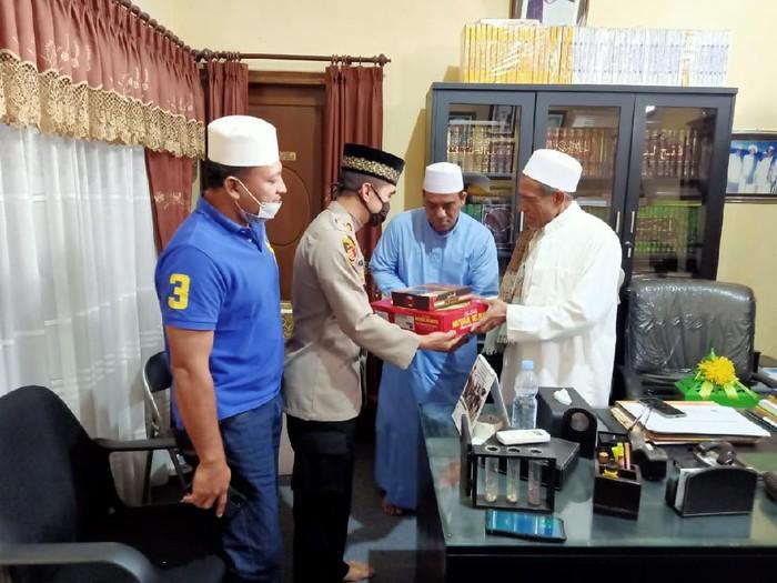 Habib Umar Assegaf sempat nyaris adu pukul dengan petugas Satpol PP. Setelah dimediasi oleh polisi, habib itu dikabarkan telah memaafkan petugas tersebut.