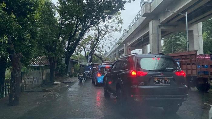 Pohon dan baliho tumbang di Palembang akibat diterjang hujan-angin kencang (Raja Adil-detikcom)