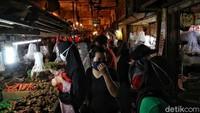 Ramainya pasar Rawa Badak membuat peraturan jaga jarak terhadap sesama tidak berlaku. Padahal kasus pandemi COVID-19 di Indonesia masih terus naik hingga saat ini.