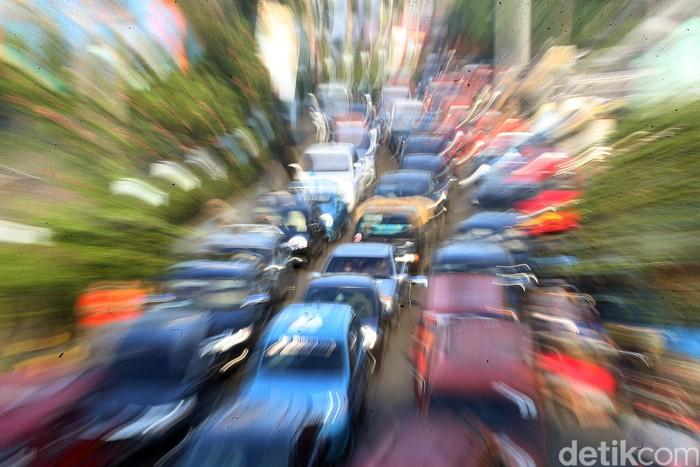 Kemacetan terlihat di kawasan Pasar Pondok Gede, Kota Bekasi. Hal itu terjadi karena tak sedikit warga yang keluar rumah untuk belanja kebutuhan jelang Lebaran.