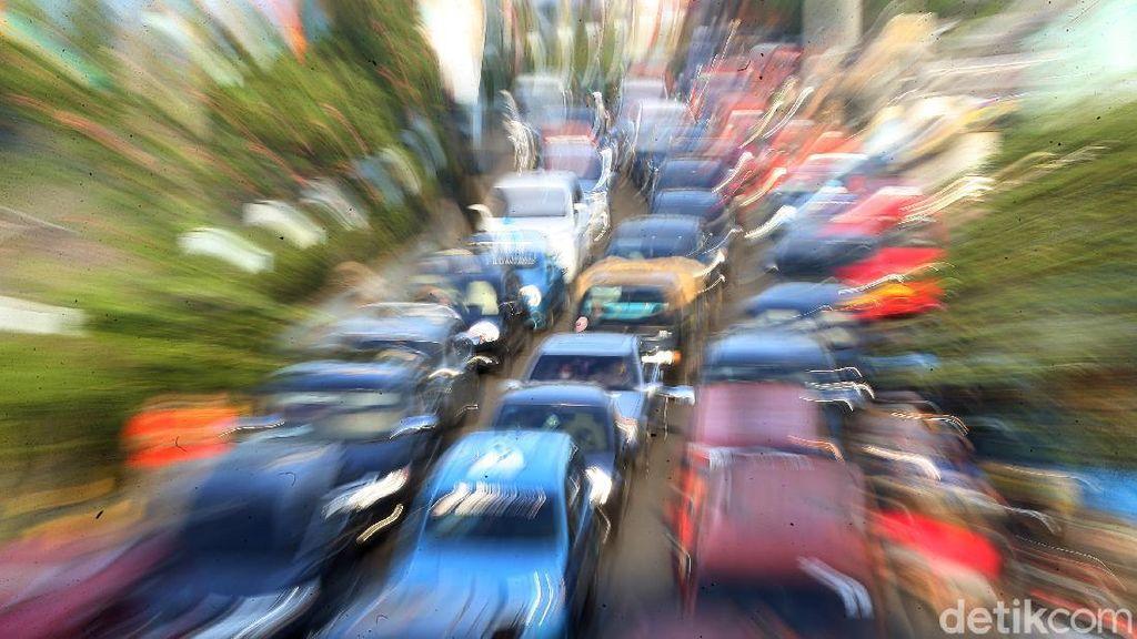 Potret Antrean Panjang Kendaraan di Kawasan Pasar Pondok Gede
