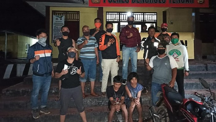 Polisi menangkap 2 pria pelaku pembunuhan berencana di Bengkulu Tengah. (Foto: Istimewa)