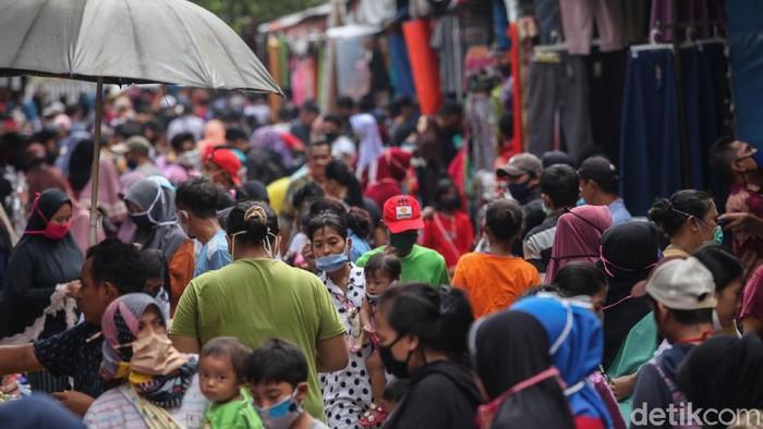 Suasana di Pasar Jatinegara tampak ramai oleh warga. Meski PSBB masih diterapkan, warga ramai-ramai datang ke pasar untuk berbelanja kebutuhan jelang Lebaran.