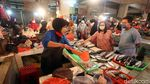 H-2 Lebaran, Warga Ramai-ramai Berbelanja di Pasar Pondok Gede