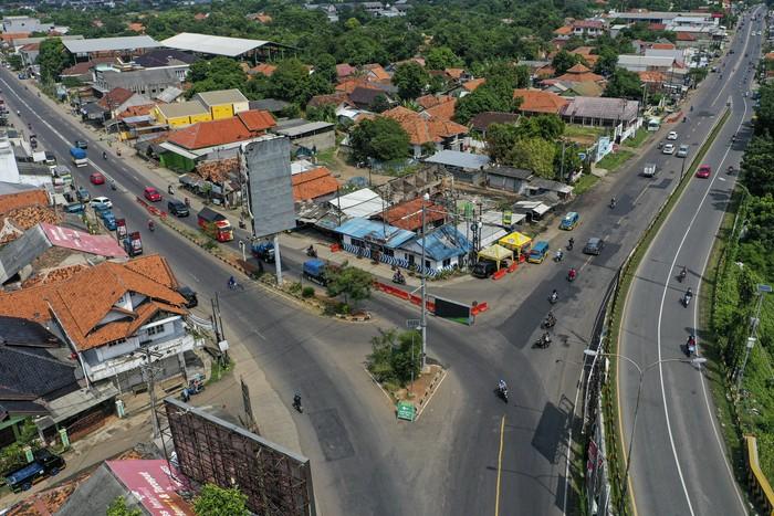 Kendaraan melintas di Simpang Jomin, Karawang, Jawa Barat, Jumat (22/5/2020). Menjelang Lebaran, salah satu titik kepadatan arus mudik di Simpang Jomin, Karawang, terpantau lancar. ANTARA FOTO/Nova Wahyudi/pras.