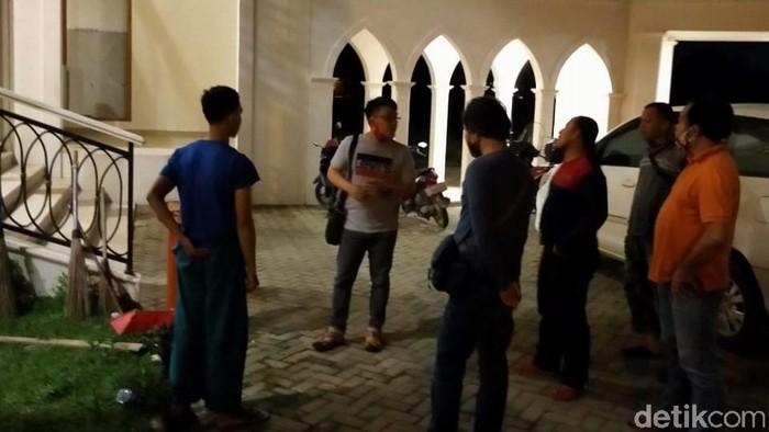 Polisi saat mendatangi lokasi kejadian pengeroyokan marbot masjid