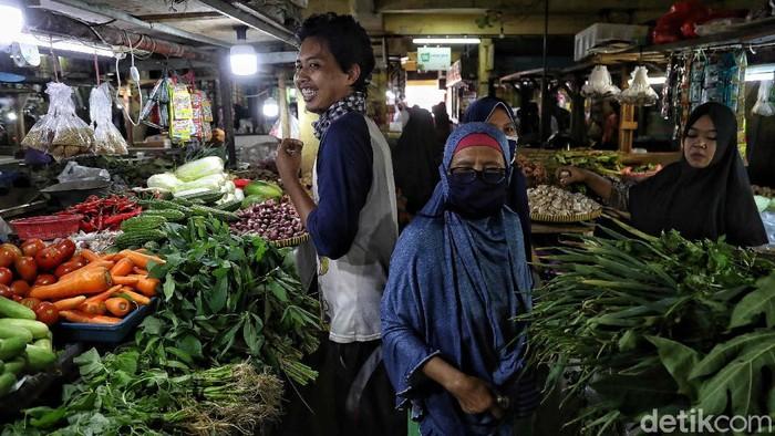Warga memadati Pasar Rawa Badak, Jakarta Utara, Jumat (22/5). Mereka berburu berbagai keperluan untuk Lebaran.