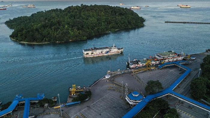 Foto aerial kendaraan logistik tujuan Sumatera antre memasuki kapal di Pelabuhan Merak Banten, Kamis (21/5/2020) malam. Menjelang Hari Raya Idul Fitri 1441 H, arus penyeberangan penumpang di Pelabuhan Merak mengalami penurunan penumpang hingga 98,3 persen jika dibandingkan periode yang sama pada tahun lalu dikarenakan adanya aturan larangan mudik dari pemerintah demi mencegah penyebaran pandemi COVID-19. ANTARA FOTO/Galih Pradipta/aww.