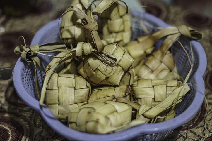 Cara membuat ketupat.
