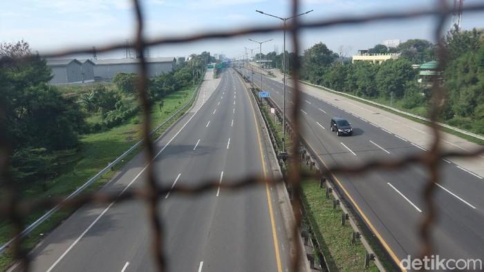 Jalan Tol JORR terlihat sepi dan lengang sehari jelang lebaran. Seperti apa suasana terkinya? Yuk, intip foto-fotonya!