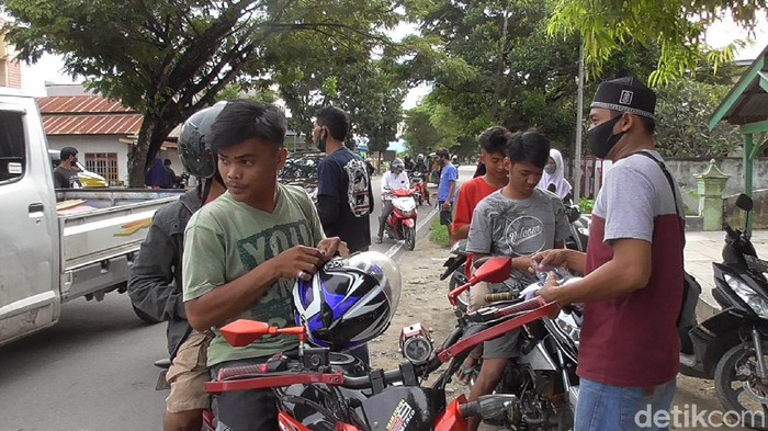 Komunitas Sopir di Polman Bantu Petugas Razia Warga yang Tak Bermasker