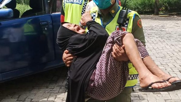 Viral Foto Kades di Luwu Timur Gendong Lansia Ambil Bansos