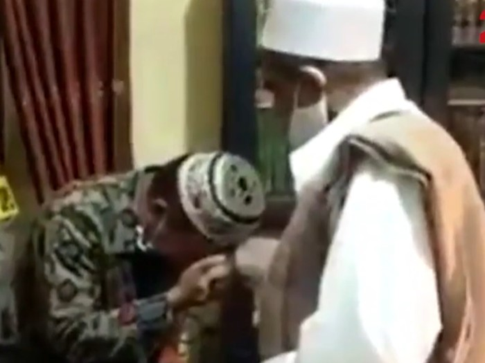 Cekcok antara petugas Satpol PP dan Habib Umar Assegaf di pos penyekatan PSBB Surabaya, Jawa Timur, akhirnya berujung damai. Kedua pihak telah sepakat untuk memaafkan.