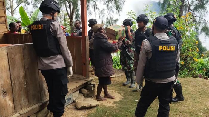 Evakuasi tim gugas tugas COVID-19 korban penembakan di Papua.